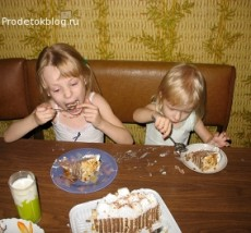 Дети едят торт