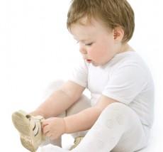 Ребенок одевает сандали